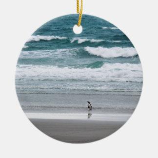 Ornamento De Cerâmica Pinguim que retorna do oceano