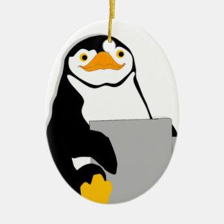Ornamento De Cerâmica Pinguim que senta-se guardarando o copo que olha