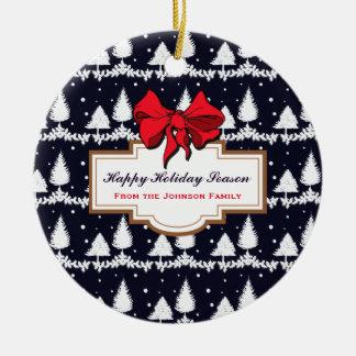 Ornamento De Cerâmica Pinheiros e família feliz da época natalícia da