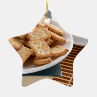 Ornamento De Cerâmica Placa branca com os biscoitos no livro velho