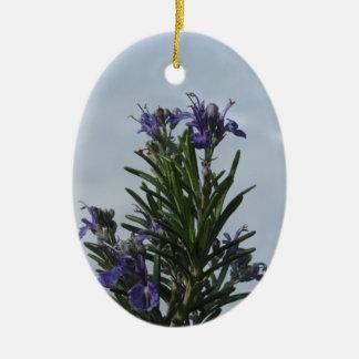 Ornamento De Cerâmica Planta de Rosemary com as flores contra o céu
