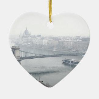 Ornamento De Cerâmica Ponte de Budapest sobre a imagem de Danube River
