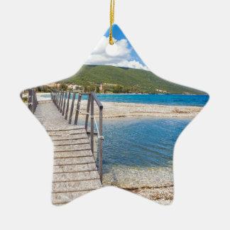 Ornamento De Cerâmica Ponte pedestre de madeira na praia grega