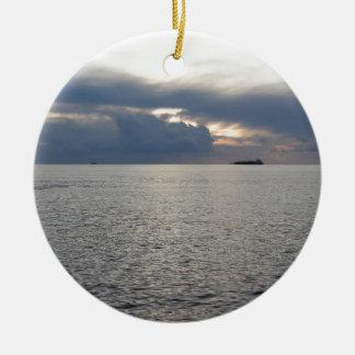 Ornamento De Cerâmica Por do sol morno do mar com o navio de carga no