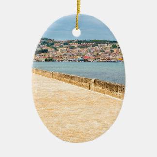 Ornamento De Cerâmica Porto grego Argostoli da cidade com a estrada na