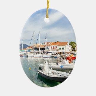 Ornamento De Cerâmica Porto grego com os barcos de navigação em Fiskardo