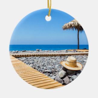 Ornamento De Cerâmica Praia rochoso portuguesa com os parasóis do chapéu