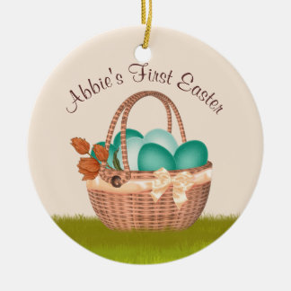 Ornamento De Cerâmica Primeira páscoa com a cesta dos ovos da foto da