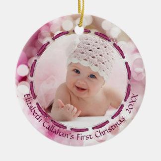Ornamento De Cerâmica Primeiro Natal do bebé, rosa/ameixa Bokeh, 2 fotos