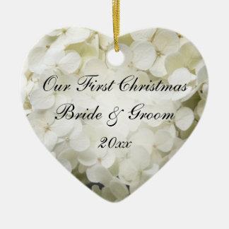Ornamento De Cerâmica Primeiro Natal do Hydrangea branco junto