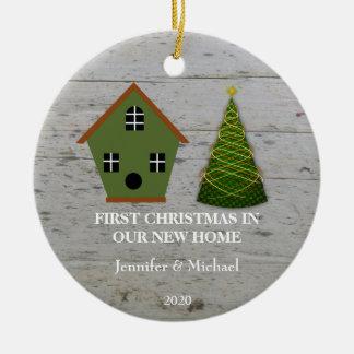 Ornamento De Cerâmica Primeiro Natal em nosso birdhouse de madeira Home