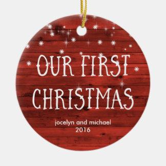 Ornamento De Cerâmica Primeiro vermelho rústico casado do Natal | com