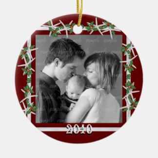 Ornamento De Cerâmica Quadro vermelho da foto de família do azevinho e