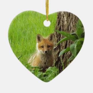 Ornamento De Cerâmica Raposa bonito do bebê na fotografia da primavera