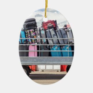 Ornamento De Cerâmica Reboque no aeroporto enchido com o suitcases.JPG