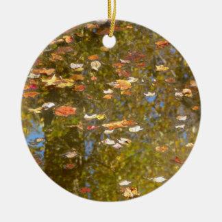 Ornamento De Cerâmica Reflexão das folhas e do córrego de outono no