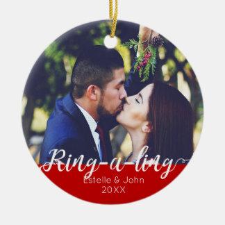 Ornamento De Cerâmica RING-A-LING! Natal do noivado dos Newlyweds