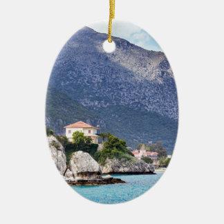 Ornamento De Cerâmica Rochas e montanha das casas no mar grego