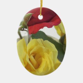 Ornamento De Cerâmica Rosas amarelos do amd vermelho