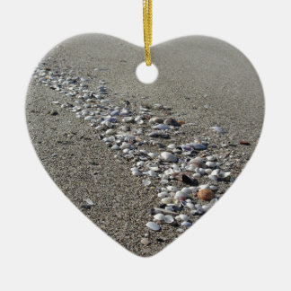 Ornamento De Cerâmica Seashells na areia. Fundo da praia do verão