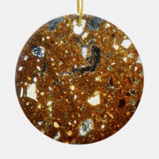 Ornamento De Cerâmica Seção fina de um tijolo sob o microscópio