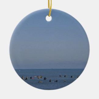 Ornamento De Cerâmica surfistas que esperam uma onda