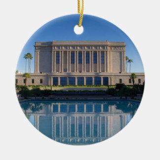 Ornamento De Cerâmica Templo do Mesa que reflete em uma piscina azul