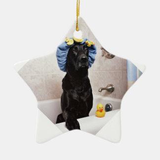 Ornamento De Cerâmica Tempo engraçado do banho do cão preto de Labrador