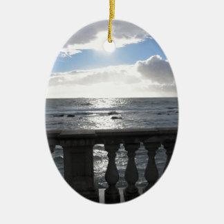 Ornamento De Cerâmica Terraço que negligencia o mar