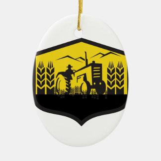 Ornamento De Cerâmica Trator que colhe a crista da fazenda do trigo