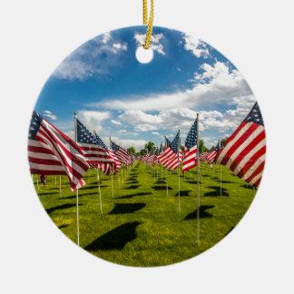 Ornamento De Cerâmica Um campo de bandeiras americanas em uma