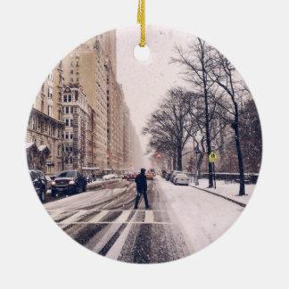Ornamento De Cerâmica Um homem que cruza um Central Park nevado para o