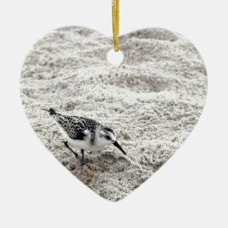 Ornamento De Cerâmica Um pássaro novo da tarambola nevado