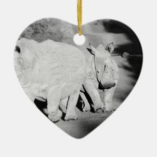 Ornamento De Cerâmica Uma mãe do rinoceronte e sua vitela em África do