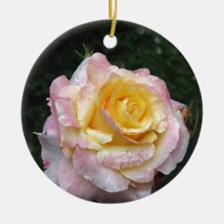 Ornamento De Cerâmica Única flor do rosa amarelo com gotas de água
