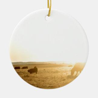 Ornamento De Cerâmica Vacas no nascer do sol nas pradarias