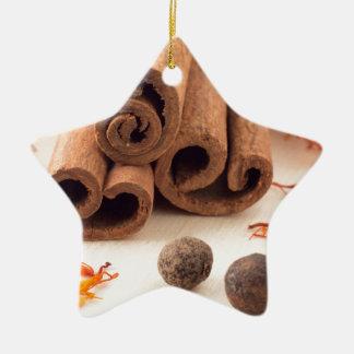 Ornamento De Cerâmica Varas de canela, açafrão aromático e pimento