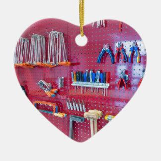Ornamento De Cerâmica Várias ferramentas que penduram na parede no