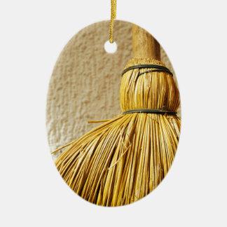Ornamento De Cerâmica Vassoura