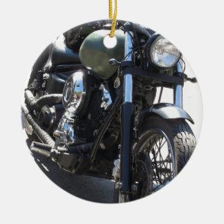 Ornamento De Cerâmica Velomotor no parque de estacionamento. Fora estilo