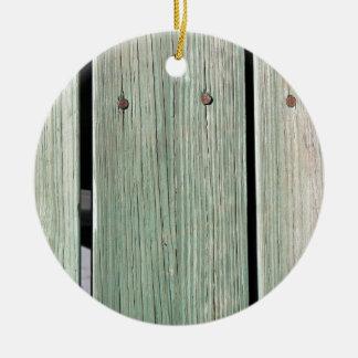 Ornamento De Cerâmica Verde e passagem de madeira da prancha de Brown