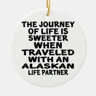 Ornamento De Cerâmica Viajado com um sócio do Alasca da vida
