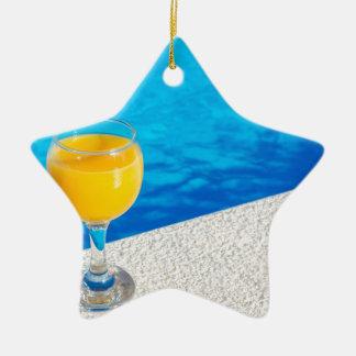 Ornamento De Cerâmica Vidro com sumo de laranja na borda da piscina