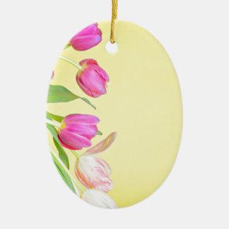 Ornamento De Cerâmica Vista às tulipas coloridos sobre o papel amarelo