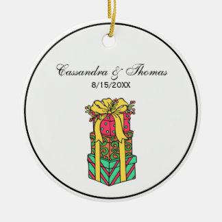 Ornamento De Cerâmica Xmas envolvido empilhado dos presentes de Natal