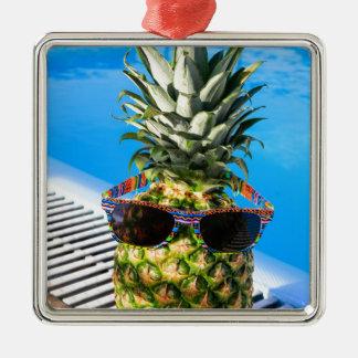 Ornamento De Metal Abacaxi que veste óculos de sol na piscina
