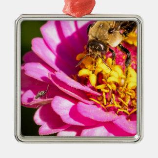 Ornamento De Metal abelha e inseto que estão em uma flor roxa