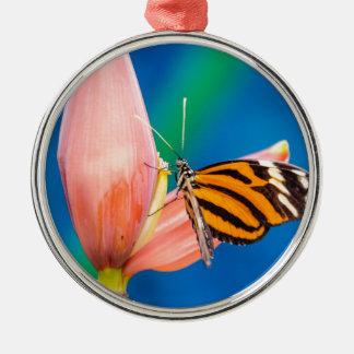 Ornamento De Metal Aterragem da borboleta na flor roxa