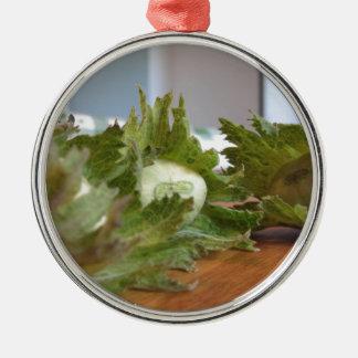 Ornamento De Metal Avelã verdes frescas em uma mesa de madeira