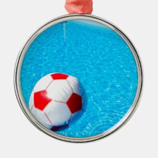 Ornamento De Metal Bola de praia que flutua na água na piscina